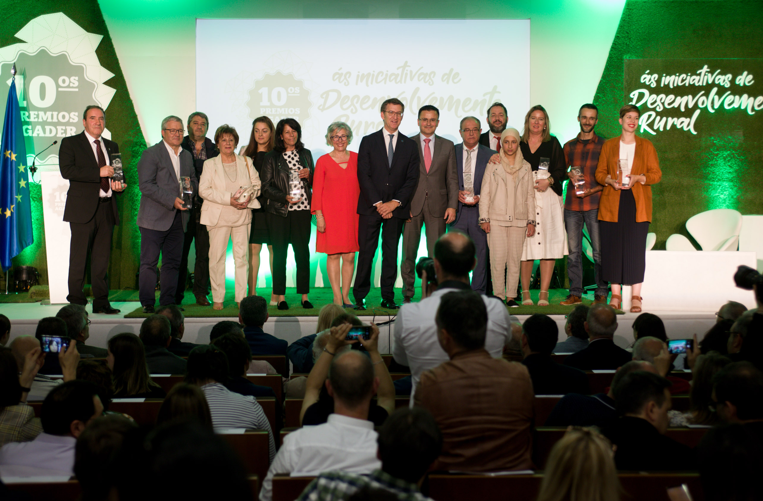 O titular do Goberno galego e o conselleiro do Medio Rural cos premiados, na décima edición dos Premios Agader